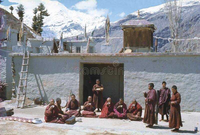 1977 India Boeddhistische nonnen en monniken in kardang-Gompa stock afbeelding