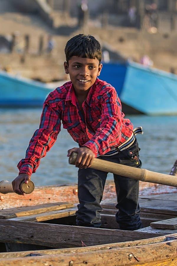 India chłopiec w drewnianej łodzi zdjęcie royalty free