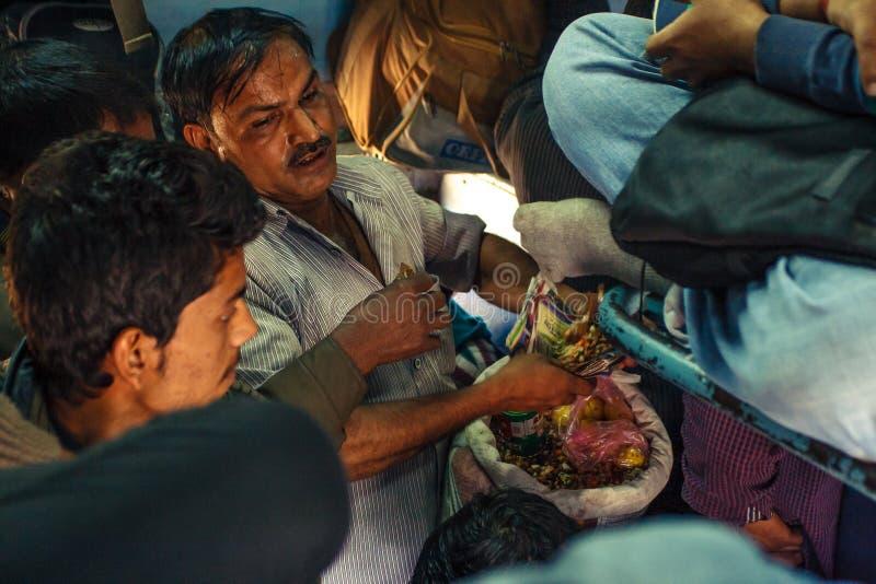 INDIA, GRUDNIA 2012 Niezidentyfikowany mężczyzna robi foods dla pasażerów wśrodku Indiańskiego Kolejowego lokalnego pociągu na Gr zdjęcia royalty free