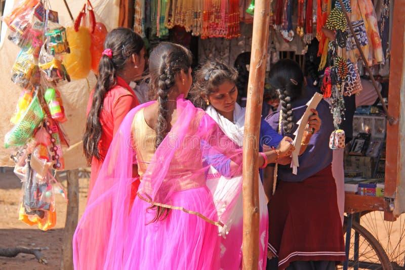 India, Hampi, 02 Februari 2018 De jonge meisjes in heldere roze saris kopen iets op de markt royalty-vrije stock fotografie