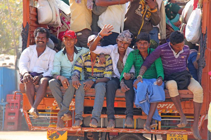 India, Hampi, 02 Februari 2018 Een mooie Indische vrachtwagen vervoert heel wat Indische mensen De vrolijke Hindus-glimlach en go royalty-vrije stock foto