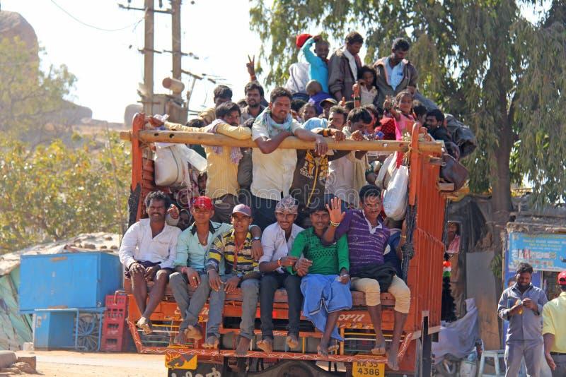 India, Hampi, 02 Februari 2018 Een mooie Indische vrachtwagen vervoert heel wat Indische mensen De vrolijke Hindus-glimlach en go stock afbeeldingen