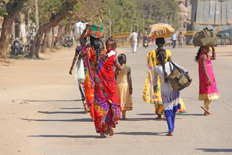 india Hampi - Februari 1, 2018 En folkmassa av indiska män och kvinnor från baksidan i sari på gatorna av Indien Ljust färgar fotografering för bildbyråer