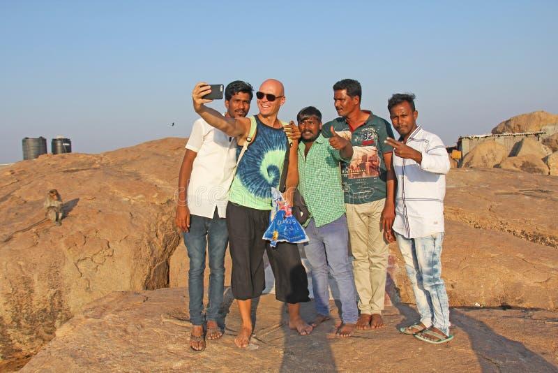 India, Hampi, 31 Januari, 2018 De mensen Hindus worden gefotografeerd met een Europeaan op de telefoon Selfie op de telefoon stock foto's