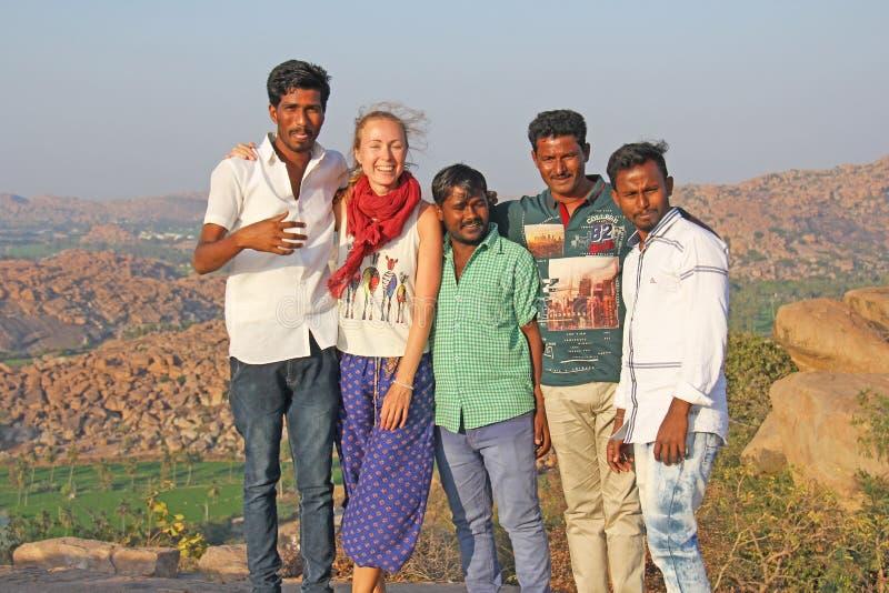 India, Hampi, 31 Januari, 2018 De mensen Hindus worden gefotografeerd met een Europees meisje met eerlijke huid en blond haar And stock foto's