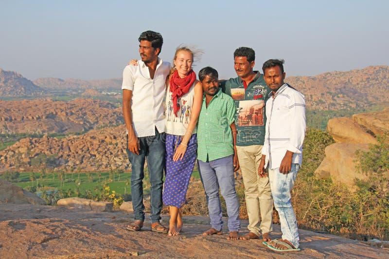 India, Hampi, 31 Januari, 2018 De mensen Hindus worden gefotografeerd met een Europees meisje met eerlijke huid en blond haar And royalty-vrije stock foto's