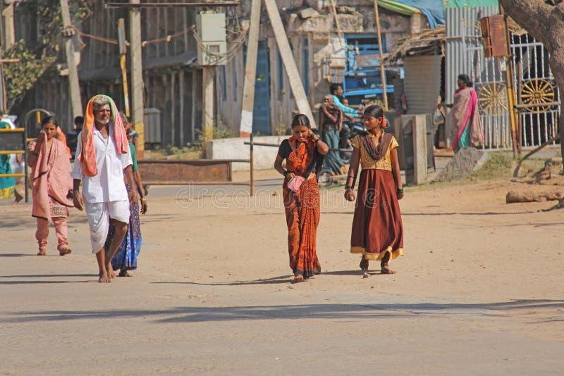 India, Hampi, Luty 2, 2018 Grupa ludzi, mężczyźni i kobiety w sari, spacer wzdłuż ulicy Hampi wioska Hampi, zdjęcie stock