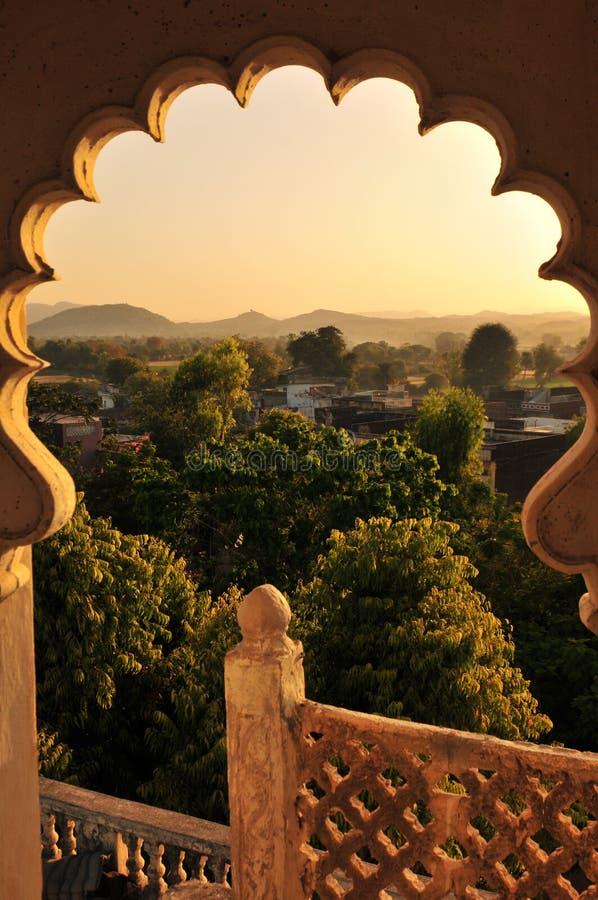 India: Het panorama van een oud hotel van het maharadschapaleis dichtbij Poshina royalty-vrije stock afbeeldingen