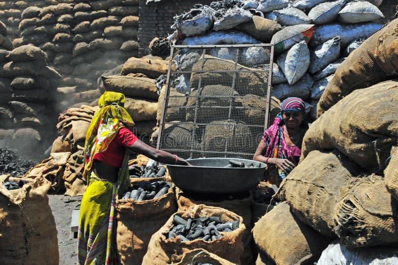 India: Het vuile en ongezonde werk voor mannen en vrouwen die - in de chocolefabriek werken stock afbeelding