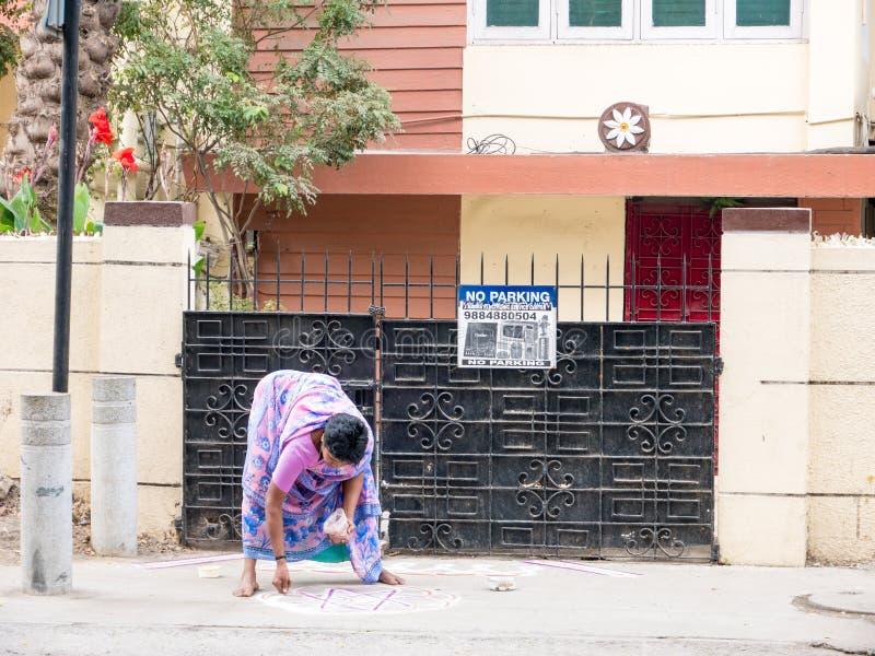 India kobieta rysuje Kolam Rangoli - forma rysująca używać ryżu proszek przed obraz obraz royalty free
