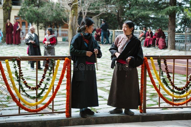 28 India Luty 2018, Dharamsala dwa tibetian kobiety w tradycyjnym odziewa zdjęcie stock