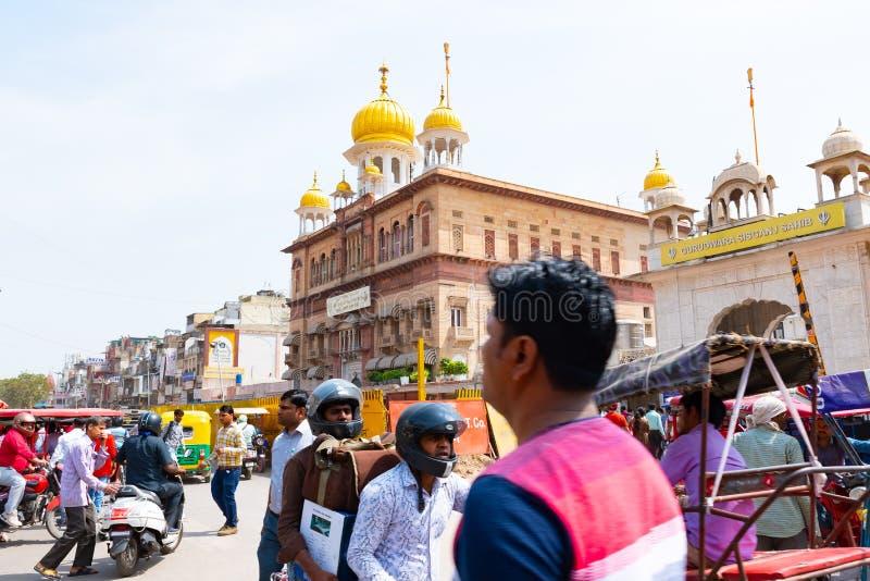 India, New Delhi, 30 Mar 2019 - Zaludnia przejażdżkę w ruchliwie i chaotycznej ulicie New Delhi stolica India zdjęcie stock