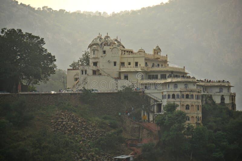 India - rajasthan - alwar - 20 oktober 2018 het paleis van het meer tussen de heuvels royalty-vrije stock foto's