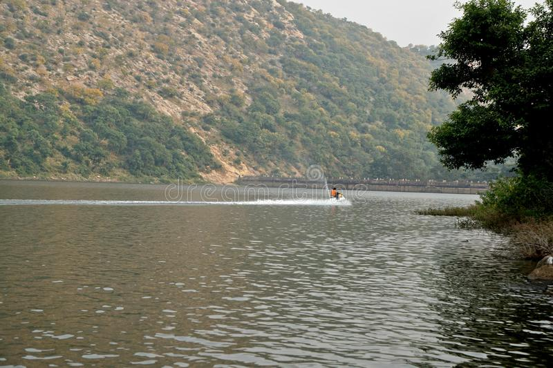 India - rajasthan - alwar - 20 oktober 2018 siliserh Lake en aravalli hill royalty-vrije stock afbeelding