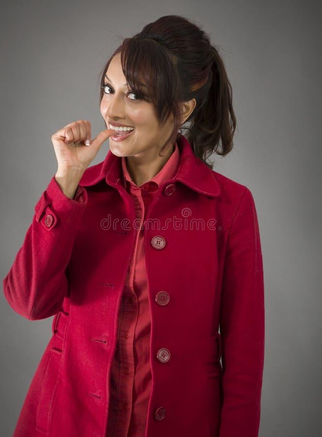 Download India?ska M?oda Kobieta Ono U?miecha Si? Z Palcem W Usta Obraz Stock - Obraz złożonej z studio, pionowo: 41950473