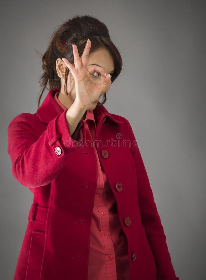 Download India?ska M?oda Kobieta Patrzeje Przez Palec Dziury Obraz Stock - Obraz złożonej z strzał, czerwień: 41950479