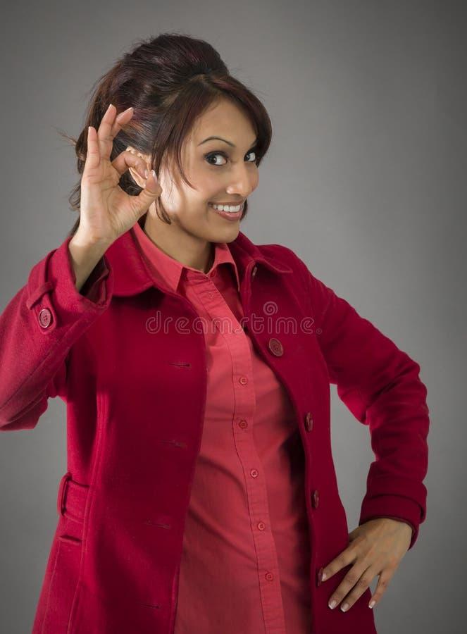 Download India?ska M?oda Kobieta Pokazuje Ok Znaka Obraz Stock - Obraz złożonej z sukces, target30: 41950549