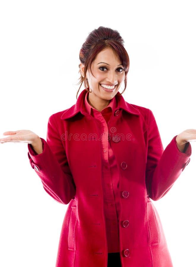 Download India?ska M?oda Kobieta Pokazuje Produkt Z Otwart? R?ki Palm? Obraz Stock - Obraz złożonej z przód, zawiadomienie: 41950331