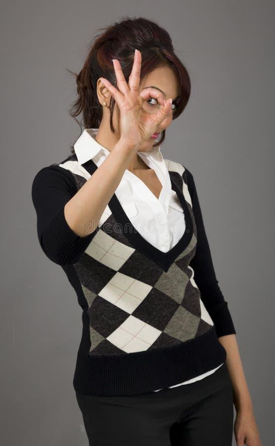 Download Indiański Bizneswoman Pokazuje Ok Znaka Zdjęcie Stock - Obraz złożonej z humor, pulower: 41950644