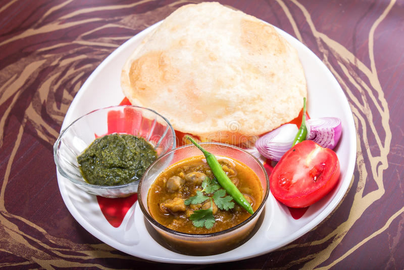 Download Indiański Korzenny Naczynie, Chole Bhature Zielony Chili Polewa Zdjęcie Stock - Obraz złożonej z chleb, smak: 53789948