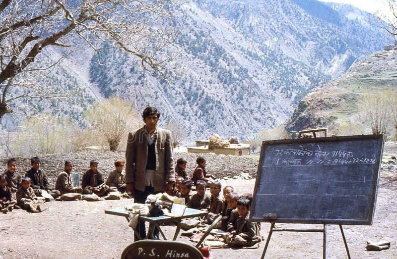 1977 India Uma escola do ar livre na vila de Hinsa fotos de stock royalty free
