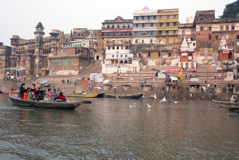 India, Varanasi - November 2009: Een mening van heilige ghats van Varanasi met boatman het varen stock foto