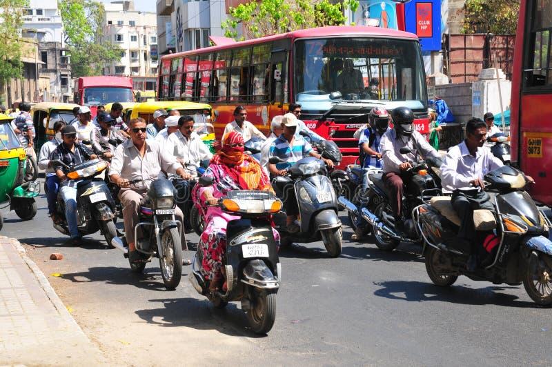 India: zwaar verkeer in de straten van Ahmedabad, Gujarat royalty-vrije stock foto's