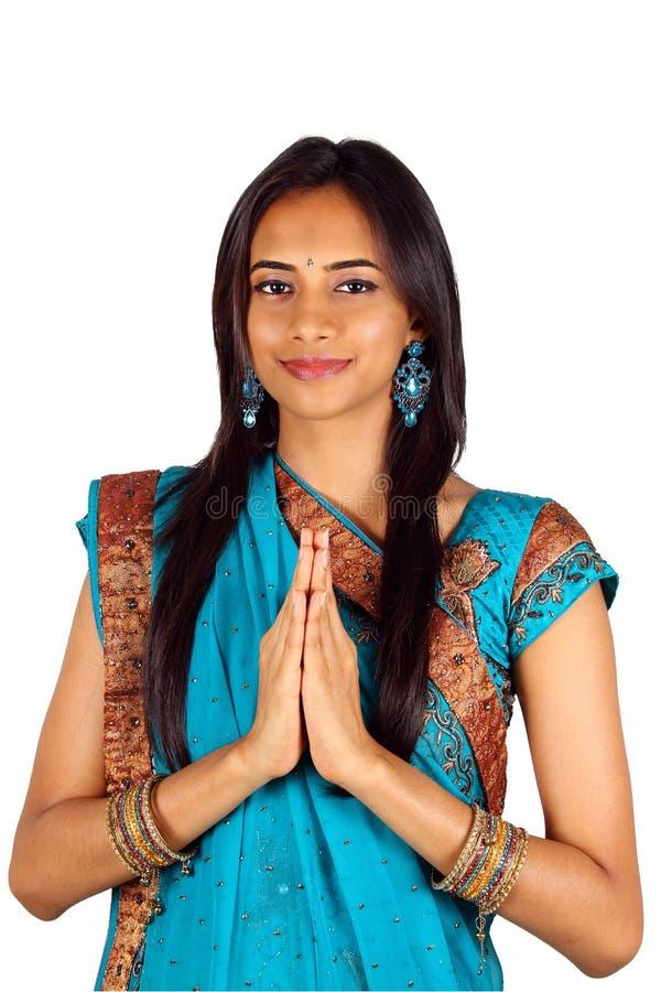 Indian novo em um pose do namaste (cumprimento). imagem de stock