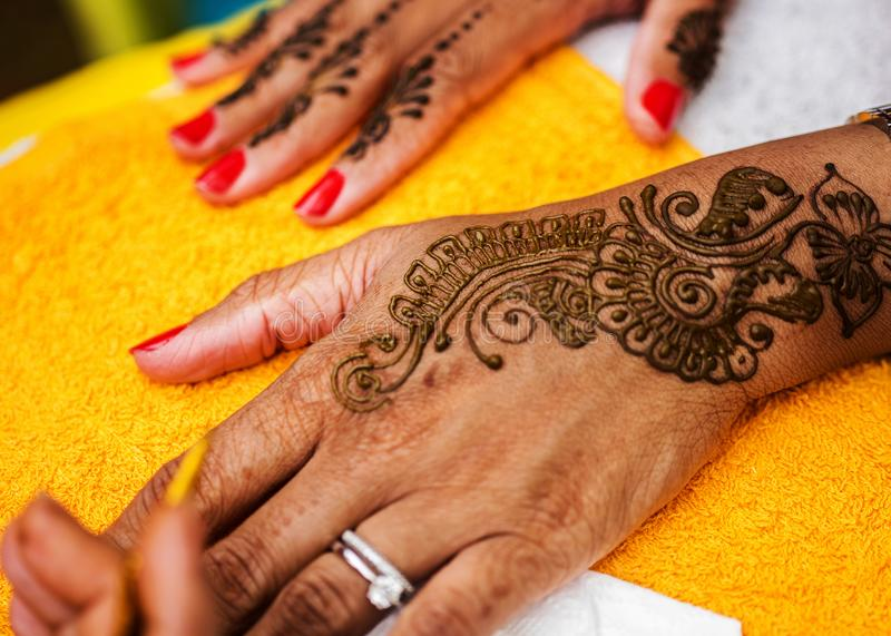 Henna Mehndi Vector Free Download : Indian wedding guest having mehndi applied traditional henna art