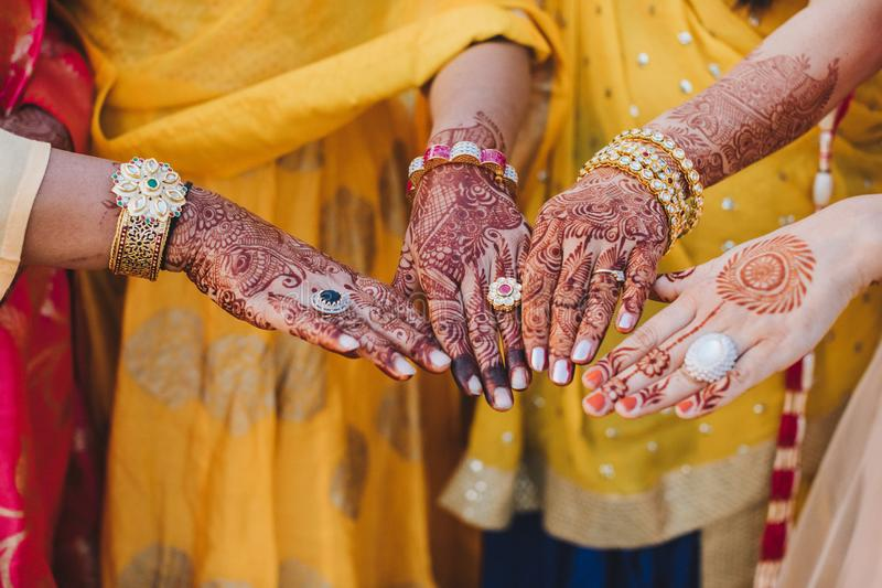 Mehndi Ceremony S Download : Indian woman holds her hands covered with mehndi and wearing bra