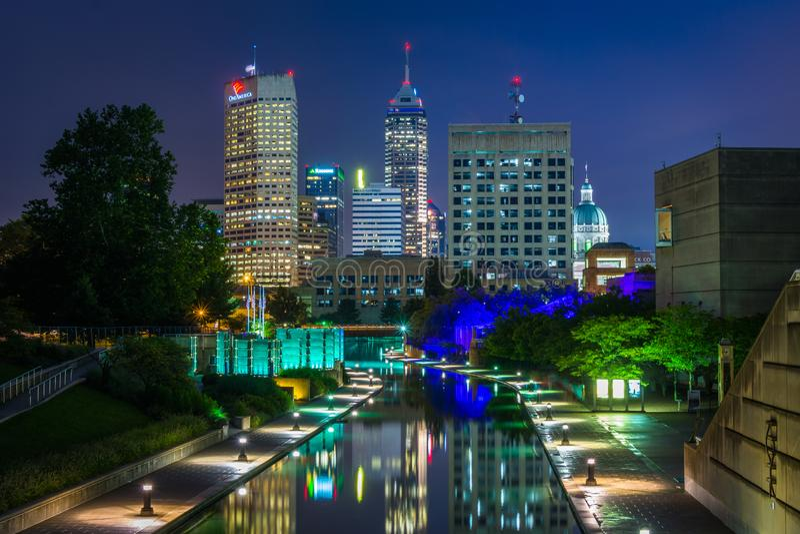 Indiana Central Canal e a skyline do centro na noite em Indianapolis, Indiana imagem de stock royalty free