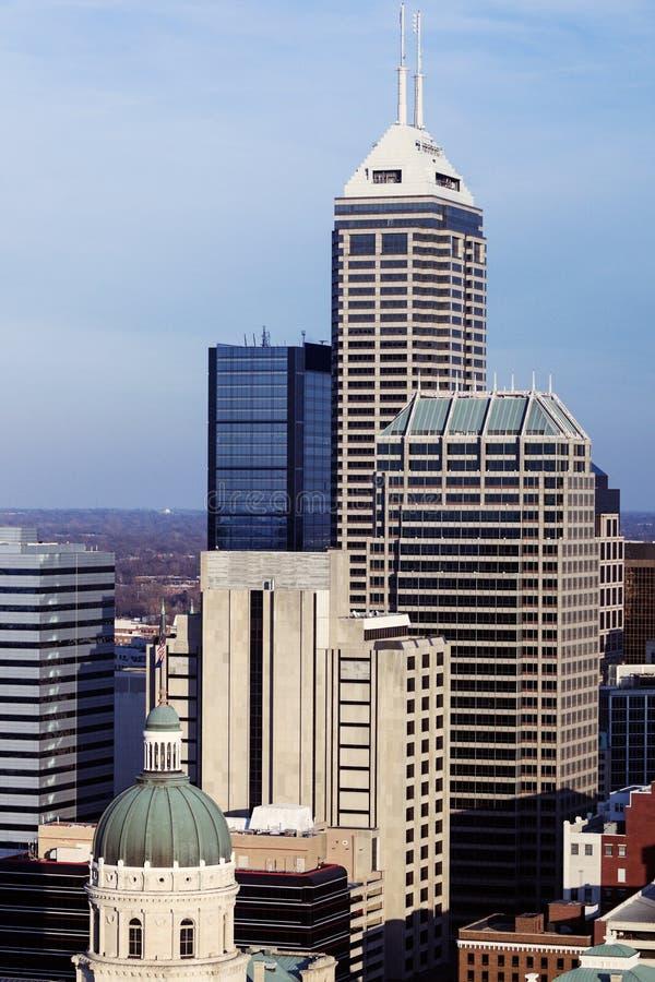 Indiana - Skyline der Stadt mit Zustands-Kapitol Builidng lizenzfreies stockbild