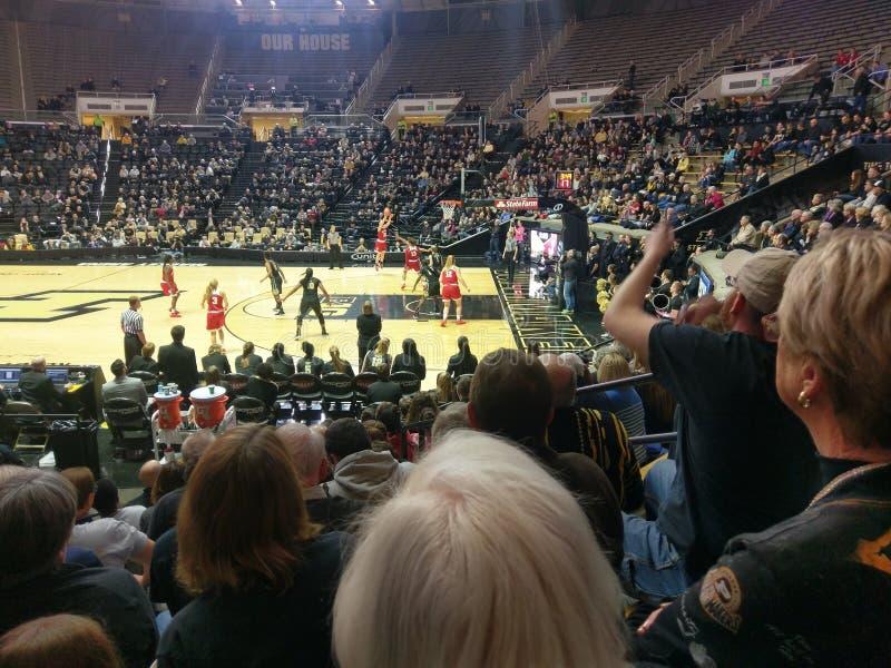 Indiana-Spieler schießt 3 Punkt, der im Spiel mit Purdue geschossen wird lizenzfreie stockbilder