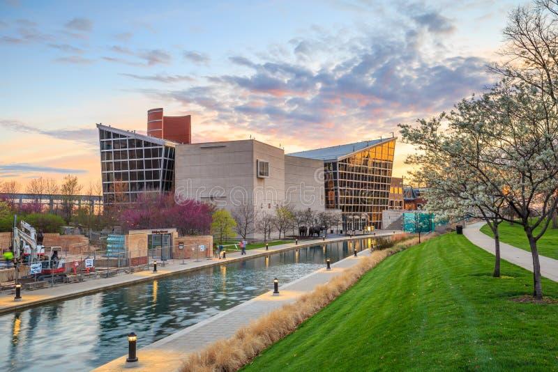 Indiana State Museum en la puesta del sol imagen de archivo