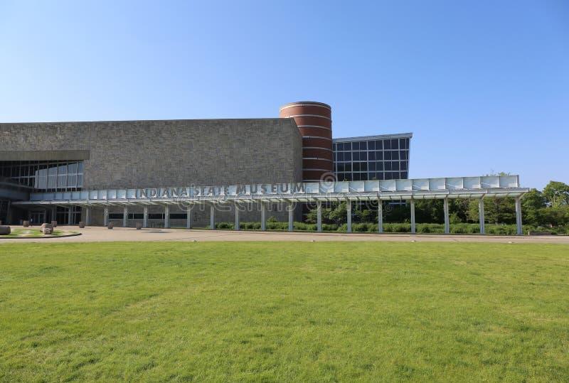 Indiana State Museum fand nach rechts nahe bei Eiteljorg-Museum im Stadtzentrum stockfotos