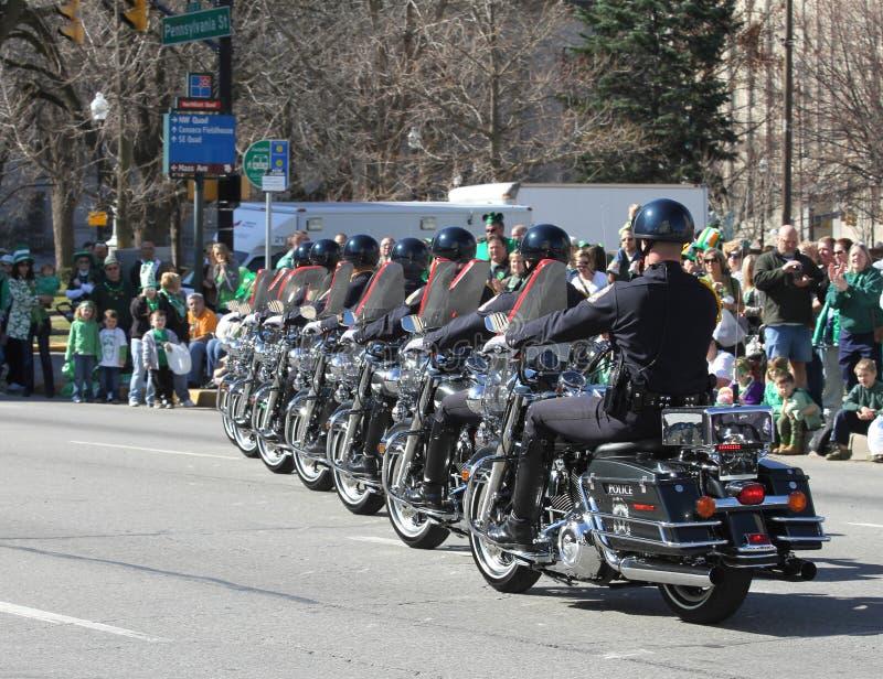 Indianapolis är den storstads- polisen med motorcyklar på ettårig växtStets Patrick dag ståtar royaltyfri bild