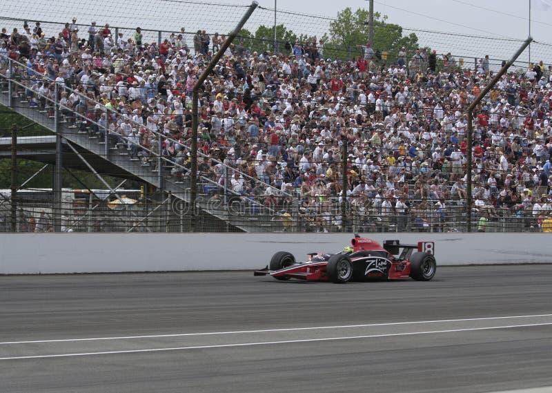 INDIANAPOLIS, ADENTRO - 25 DE MAYO: El conductor de coche de Indy Bruno Junqueira está corriendo en la raza de Indy 500. 25 de may fotografía de archivo libre de regalías