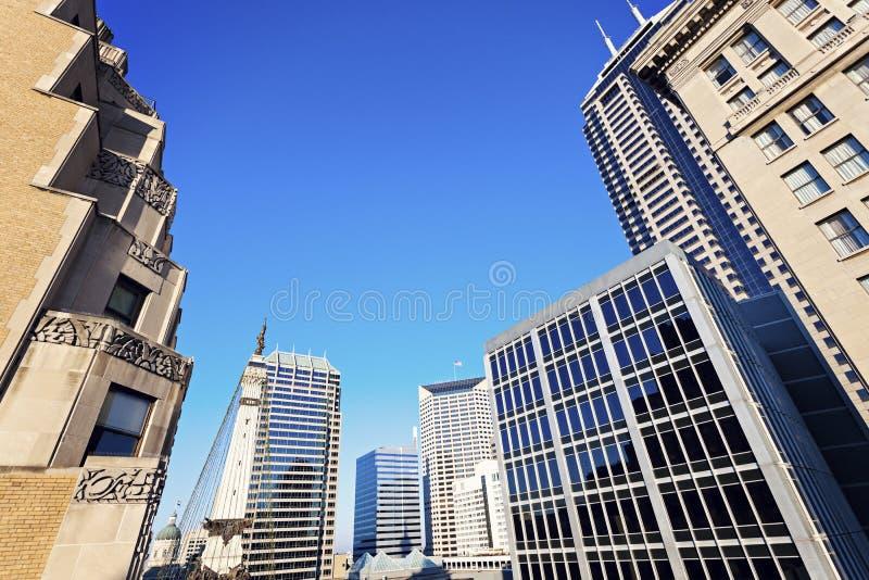 Indianapolis-Architektur mit Zustands-Kapitol und Soldat und Sai lizenzfreie stockfotografie