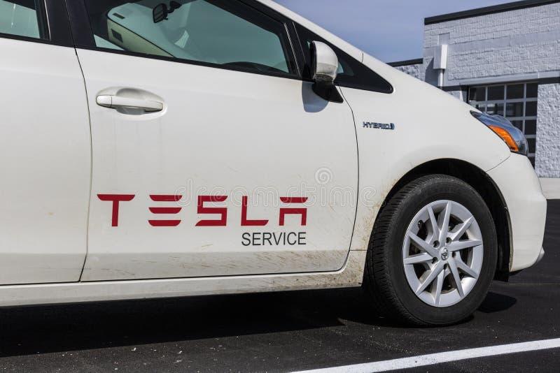 Indianapolis - cerca do abril de 2017: Veículo do serviço de Tesla Ironicamente, Tesla usa um veículo híbrido de Toyota Prius par foto de stock royalty free