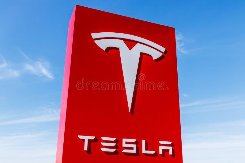 Indianapolis - cerca do fevereiro de 2018: Tesla viaja de automóvel o concessionário automóvel local Tesla projeta e fabrica o se imagens de stock royalty free
