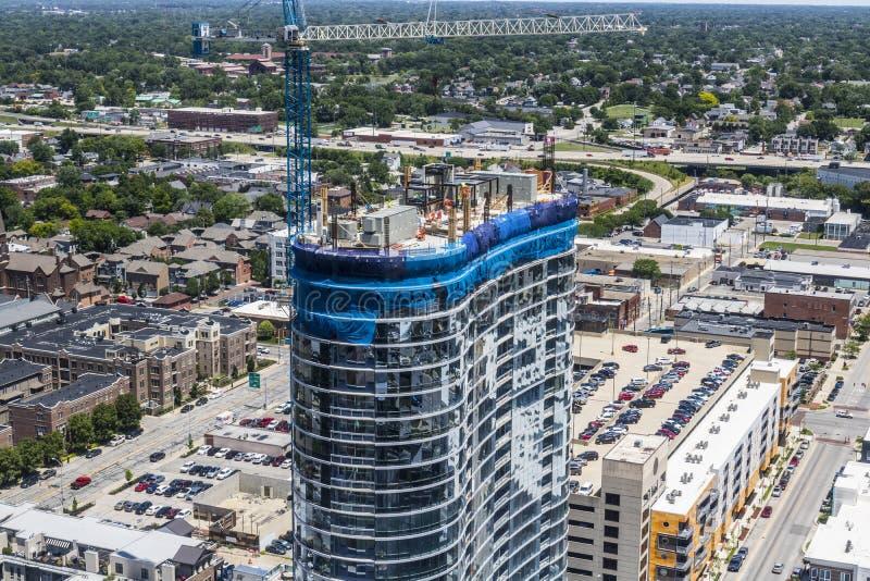 Indianapolis - cerca do junho de 2017: Arranha-céus residencial do bloco de apartamentos do negócio do uso misturado moderno sob  fotografia de stock royalty free