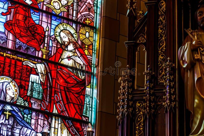 Indianapolis - cerca do março de 2018: Janela de vitral sagrado bonita da igreja Católica do coração que descreve Jesus II fotografia de stock royalty free
