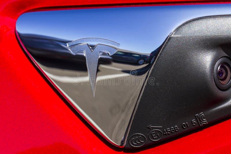 Indianapolis - cerca do setembro de 2017: Tesla viaja de automóvel o concessionário automóvel local Tesla fabrica o sedan bonde V imagens de stock