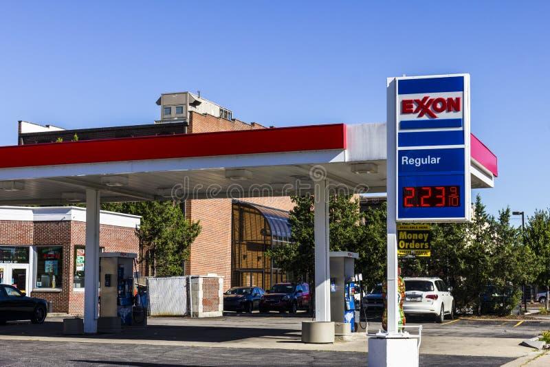 Indianapolis - circa agosto de 2016: Exxon Retail Gas Location ExxonMobil es el Largest Oil and Gas Company del World's II foto de archivo