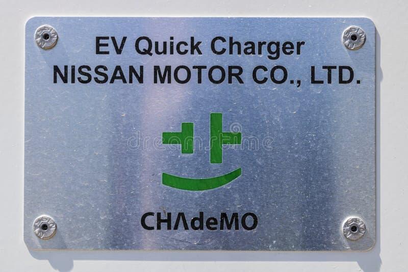 Indianapolis - Circa April 2017: Snabb uppladdare för elektriskt medel på en lokala Nissan Car Dealership II royaltyfri bild