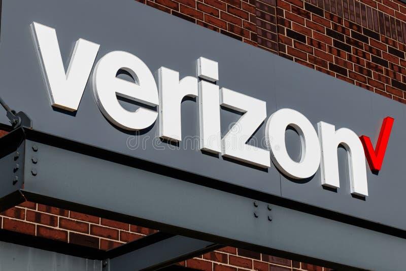 Indianapolis - circa enero de 2019: Ubicación de la venta al por menor de Verizon Wireless Verizon está en una raza para traer 5G imagen de archivo libre de regalías