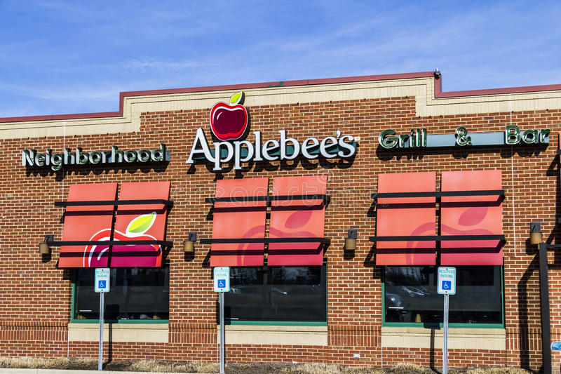 Indianapolis - Circa Februari 2017: Galler för grannskap för Applebee ` s och tillfällig restaurang I för stång arkivbilder