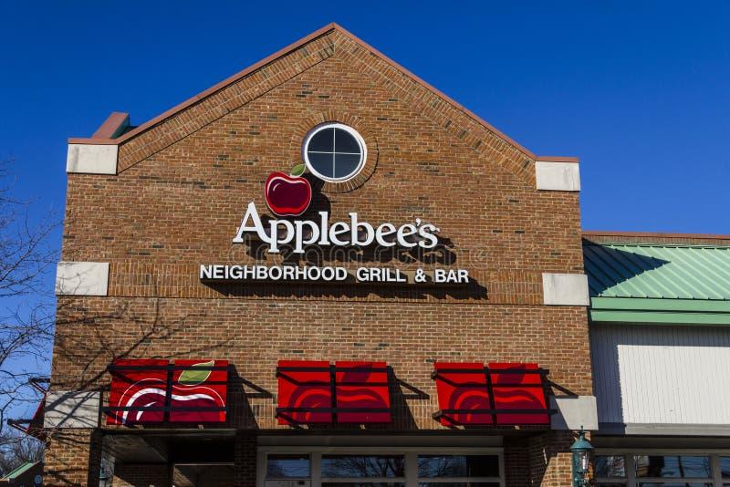 Indianapolis - Circa Februari 2017: Galler för grannskap för Applebee ` s och tillfällig restaurang III för stång royaltyfria bilder