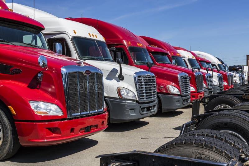 Indianapolis - circa giugno 2017: Autotreni variopinti del trattore dei semi allineati per la vendita XV immagine stock