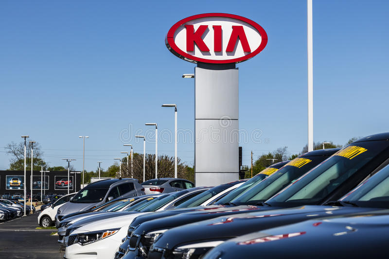 Indianapolis - circa im April 2017: Kia Motors Local Car Dealership Kia Motors ist die Minderheit, die durch das Hyundai Motor Co stockbild